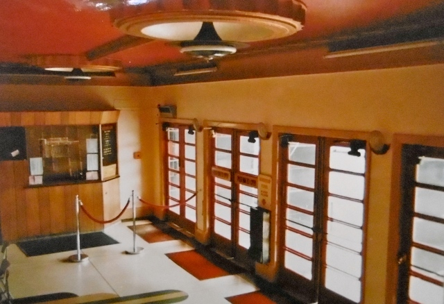 The Avion's foyer in 1986. Note the original light fittings, matching those in the souvenir programme of 1938.